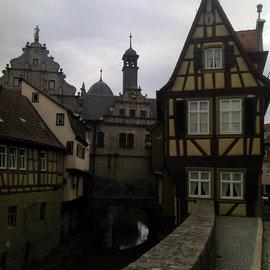 Ein hübsches Stadtbild erwartet einen nach schöner Abfahrt zum Main.