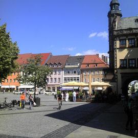 Der Schweinfurter Marktplatz. Rechts das Rathaus.