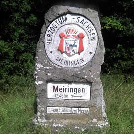 Ein alter Grenzstein an der bayerisch- thüringischen Grenze.
