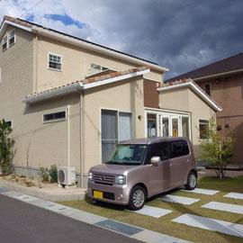サンルームから降りたお庭はコンクリート平板と芝生でまとめました。臨時駐車スペースはコンクリートの面積を最小限に抑え、車が無い時はお庭の一部になるようにしています。                                                                                                                                               岡山市北区 H様邸 ガーデン フラワーチルドレン