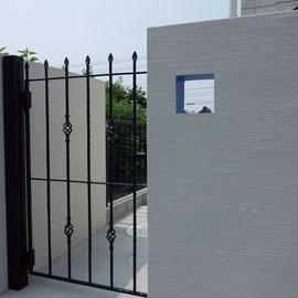 抜かれた壁の内側だけをブルーで塗装したのは、この家の設計士さんのアイデア。この家を設計したんですもの、思い入れがあって当然です。気持ちのある設計士さんと一緒にデザインを考えることは楽しい作業です。                                                                                                                                  倉敷市連島町 H様邸 フラワーチルドレン エクステリア