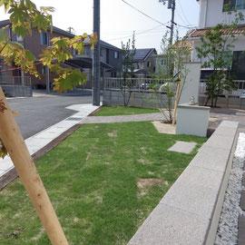 ガレージから玄関へのアプローチは自然石を飛び石風に並べました。帰宅時にゆっくりお庭を眺めながら歩いていただければ・・・との思いからです。車から降りた時、『ホッ。』と一息。時間の流れが変わればいいですよね。                                                                                                                           岡山市北区 F様邸 エクステリア フラワーチルドレン