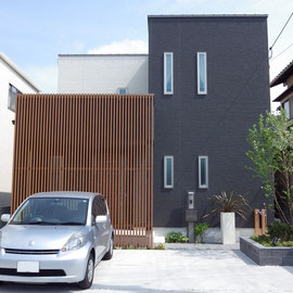 シンプルモダンな外観の建物。ゾーニングで駐車スペースを広くとり、その他の要素を建物の玄関寄りにまとめています。                                                      岡山市南区 J様邸 エクステリア フラワーチルドレン