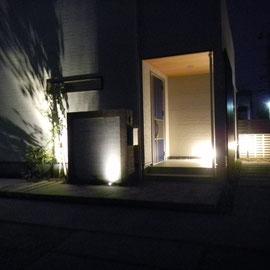 夜のライティングです。明かりも手前から順々に奥まで続いていくことによって視線を誘導します。奥が明るいと安心して歩けます。                               岡山市南区T様邸 エクステリア フラワーチルドレン