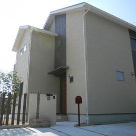 ナチュラルモダンのセミクローズドエクステリアです。木調の縦ラインが印象的な建物でしたので、門周りのデザインに木調プリントのアルミ材角柱を使いました。門塀のレンガ素材スクリーンブロックも縦ラインで角柱へ続くリズム感が出ています。  倉敷市児島S様邸 エクステリア フラワーチルドレン