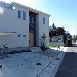 アプローチも建物ニッチ部分を活かすデザインです。シンプルモダンな佇まいを引き立てます。                                                                           岡山市中区 S様邸 エクステリア フラワーチルドレン
