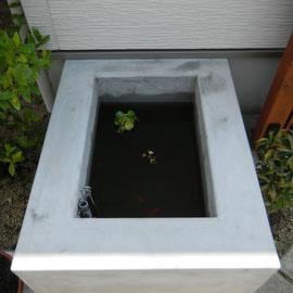コンクリートブロックを積んでモルタルで仕上げた可愛らしいシンプルな池です。子魚や浮草が来訪者を癒してくれます。  岡山市北区S様邸 エクステリア フラワーチルドレン