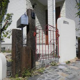 『ナチュラル+シンプル』なセミクローズドタイプのエクステリアです。門扉は施主様がご購入されたイギリス製のアンティーク扉。金具類を新調して取り付けました。塗装壁、枕木、備前の耐火レンガ(アプローチ)でまとめ、お客様だけのオリジナル門周りが完成しました。                                                                                                     岡山市北区U様邸 エクステリア フラワーチルドレン