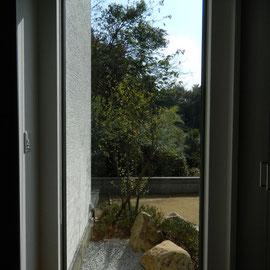 玄関から見た坪庭です。作りこみすぎず、自然石、砂利、植栽でまとめました遠景の木々も借景となります。                                                         岡山市中区Y様邸 エクステリア フラワーチルドレン