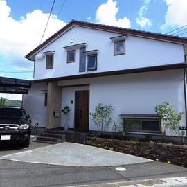 漆喰外壁に玄関袖壁のタイル貼りが映えるな和モダン住宅。この家を引き立てる外構は?台形の駐車スペースに2台をどう止めるか?アプローチはどうするか?階段の高さ、土間勾配は大丈夫か?夜にライトアップされる植栽スペースが欲しい・・・A様と検討を重ねた末に決まったデザインは納得のいくものになりました。建築前からのご相談でしたので玄関ステップの形状、段数、化粧材等は外構プランに沿った形で建築会社に提案することができました。                        笠岡市 A様邸 フラワーチルドレン エクステリア
