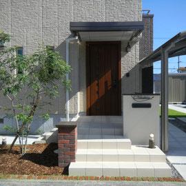 オープンスタイルのエクステリアです。玄関の左右に降りていた階段を正面に作り直し、2台分の駐車スペースが確保できたと同時に、玄関周りが華やかになりました。                                                                                                         岡山市南区N様邸 エクステリア フラワーチルドレン