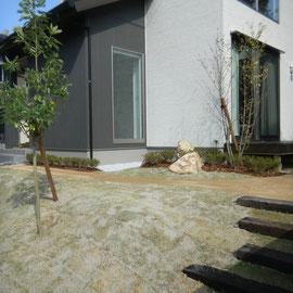 駐車スペースからの階段は枕木と芝生でナチュラルな雰囲気です。                                                      岡山市中区Y様邸 エクステリア フラワーチルドレン