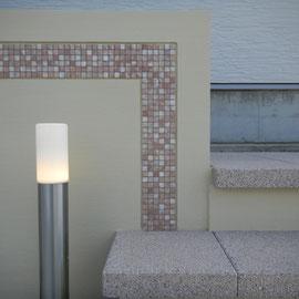 モザイクタイルは名古屋セラミックス(株)から取り寄せた、ティーローズという大理石のタンブル仕上げを選びました。 石の周りに1目地入れて凹みをつけると石を引き立たせることができます。                                                                                                   岡山市南区S様邸 エクステリア フラワーチルドレン
