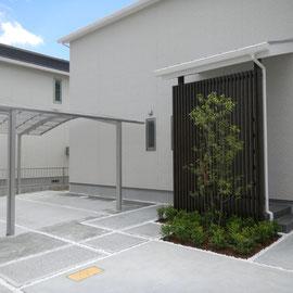 シンプルモダンエクステリア。アプローチ、駐車スペース、植栽スペースを必要不可欠な配置と動線で、整然とプランニングしました。シンプルモダンなエクステリアでは植栽スペースの緑があるとデザインが引き立ちます。                                              岡山市南区W様邸 エクステリア フラワーチルドレン