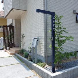 広さを確保するため、インターホン・表札・照明が一体になるポール。自立タイプのポストを採用しました。玄関横の縦格子パーティションはこのエクステリアデザインの大切な部分です。植栽は全てご家族でされています。職場で木の苗が手に入るそうです。羨ましいですね♪                                                                                                        岡山市中区 T様邸 エクステリア フラワーチルドレン