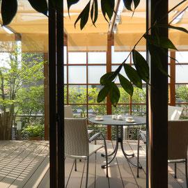 屋根材が無くても、『キャノピー(日よけ)』を取り付けることによって柔らかい日差しを取り込むことができます。樹脂デッキ材の温度上昇も緩和できますのでアウトドアリビングの必需品です。  岡山市中区U様邸 ガーデン フラワーチルドレン
