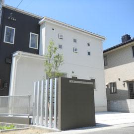 シンプルなオープンエクステリアです。門塀と境界フェンス下のブロックを家のアクセントカラーに合わせて塗装しました。                                                       倉敷市福島H様邸 エクステリア フラワーチルドレン