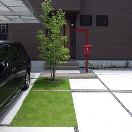 メンテナンスが苦にならない程度で芝生を楽しめるよう帯状に芝生を貼り、コンクリート素材に潤いをもたせました。玄関タイルに色味を合わせたボーダーのコンクリート製品は、さらに細い帯として駐車スペースまでを横切り、フロントヤードの一体感を狙いました。                                                                                         倉敷市 M様邸 フラワーチルドレン エクステリア