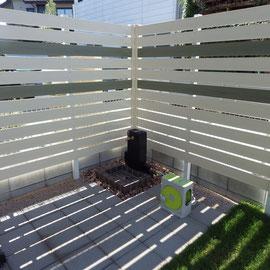 立水栓とガーデンパンの足元は使いやすいようにコンクリート製の平板で舗装されています。 フェンスの落とす影が優しい日差しを作ります。                                                          岡山市中区 S様邸 ガーデン フラワーチルドレン