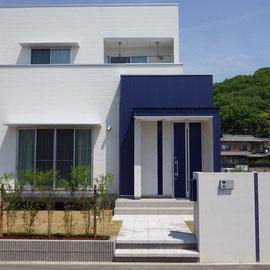 ホワイト×ブルーが印象的な建物。この建物を引き立てる為には何を足すのか・・・?答えは植物のグリーンでした。                                                                       岡山市北区 O様邸 エクステリア フラワーチルドレン