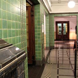 Holthusenbad Hamburg: Schon im Foyer grüßt die Kaiserzeit