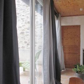 Couloir donnant sur la deuxième chambre et accès au balcon.