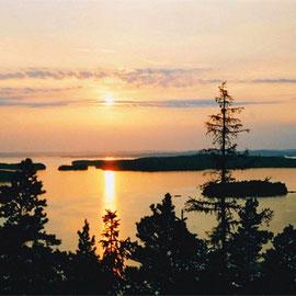 Abendstimmung auf der Insel Päijätsalo am Tag der Mittsommerwende (Juhannus). 360 Grad Panoramablick auf den Päijänne See vom 1,5 km entfernten Aussichtsturm im Naturschutzgebiet, fußläufig vom Ferienhaus erreichbar.