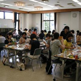 2009年7月15日(開発日)栃木県宇都宮市 宇都宮市民大学で実施した講座がアロマコラージュ療法®の始まりです。