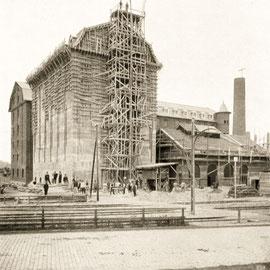 Aus der Bauzeit. Aus: 25 Jahre Ferdinand Leysieffer & Lietzmann, 1885–1910. Köln-Deutz Industriehafen, 1910