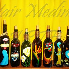 Acrílico sobre botellas de vidrio, Yair Medina, 2012.