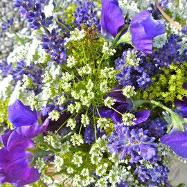 Blumenstrauss in Blau- und Weisstönen