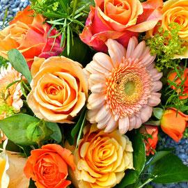 Trauerkranz mit orangen Rosen und Gerbera