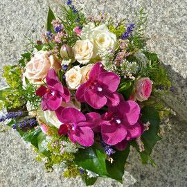 Bunter Blumenstrauss mit Rosen und Orchideen