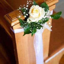Hochzeitsdekoration in der Kirche mit apricot Rose