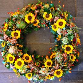 Sonnenblumenkranz mit Beeren