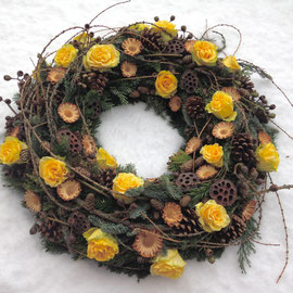 Wintertrauerkranz mit Rosen