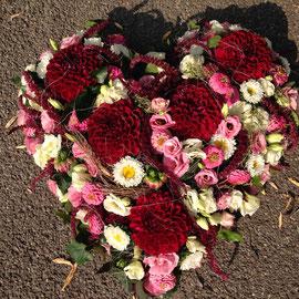 Herz mit Dahlien und Chrysanthemen