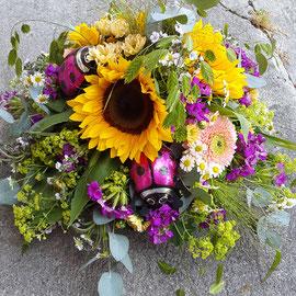 Sonnenblumengesteck mit Schoggiglückskäfer