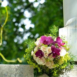 Brautstrauss rosa Rosen und purpurne Orchideen