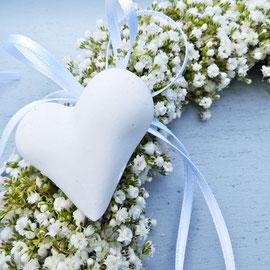 Hochzeitsdekoration weisser Kranz mit Herz