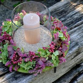 Blumenkranz mit Windlicht auf Teller