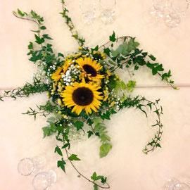 Tischgesteck mit Sonnenblumen
