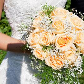 Braut mit Brautstrauss in apricot