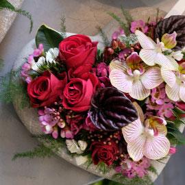 Gesteck in Herzgefäss mit Orchideen