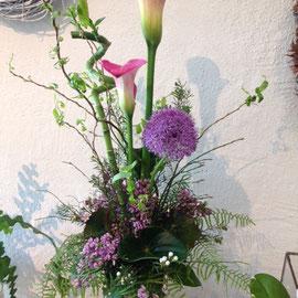 Gestufter Strauss mit Calla und Allium