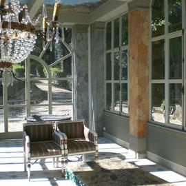Colonne in finto marmo e finta boiserie per veranda esterna.