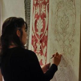 Tamara decorando un pannello in finto Affresco.