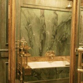Vasca da bagno dipinta in finto marmo.