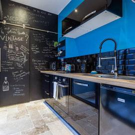 Cuisine équipée entièrement (four traditionnel, plaques induction, micro-onde, bouilloire, cafetière, grille-pain, vaisselle et produits de première nécessité)