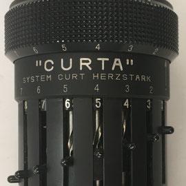 CURTA tipo I diseñada en 1938 por Curt Herzstark y acabada en el campo de concentración nazi de Buchenwald, 10 cm largo x 5 cm diámetro